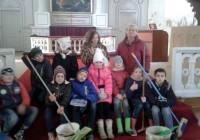 Svitenes skolēni sakopj baznīcu
