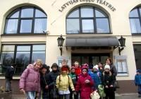 """Pilsrundāles vidusskolas 3.a un 3.b klases ekskursija uz leļļu teātri """"Kentervilas spoks"""" un nodarbība par dinozauriem Latvijas Dabas muzejā"""