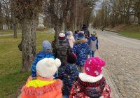 """1.b klase """"Skolas somas"""" ietvaros apmeklē Bauskas novadpētniecības muzeju"""